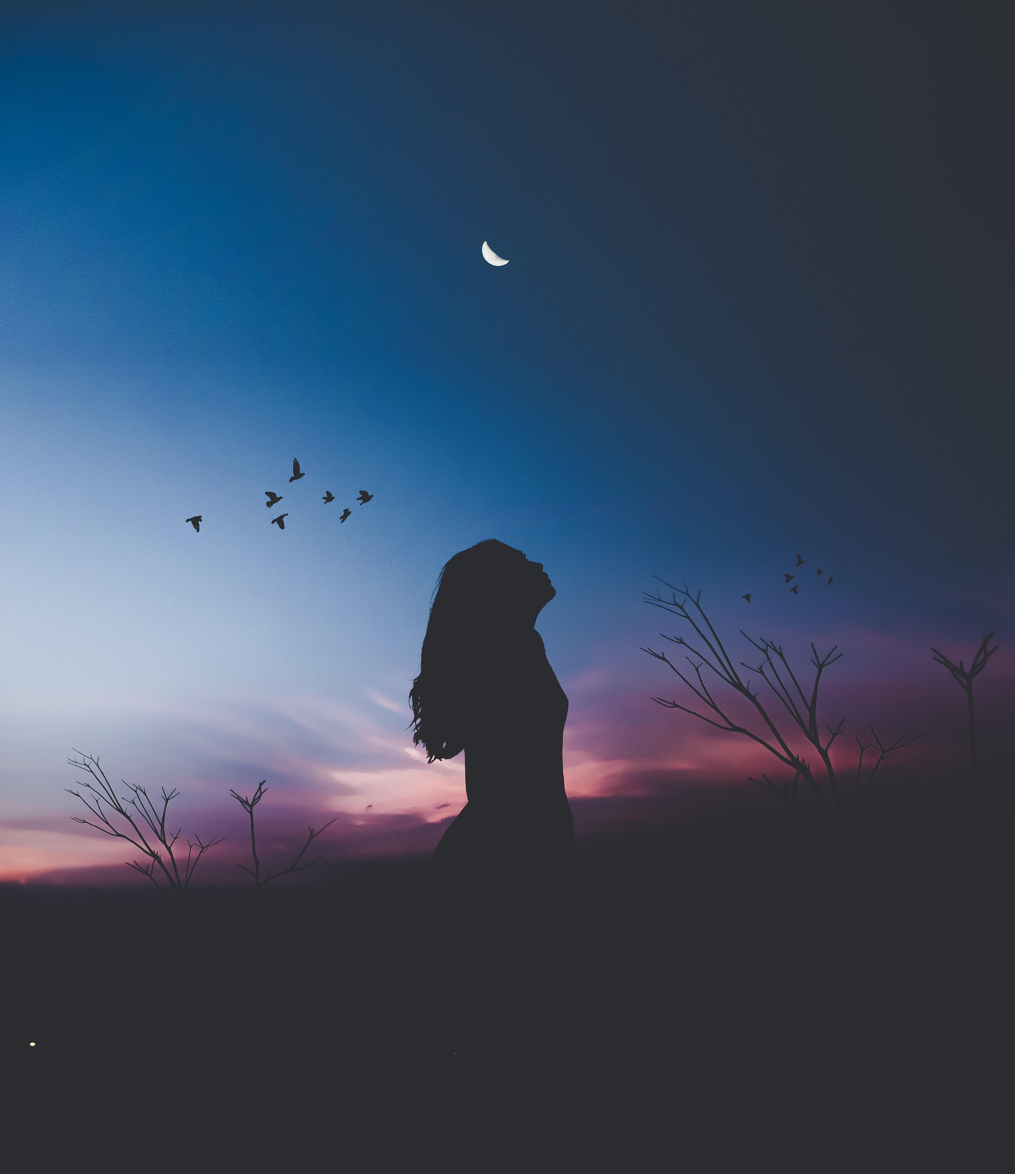 Kvinna i månsken