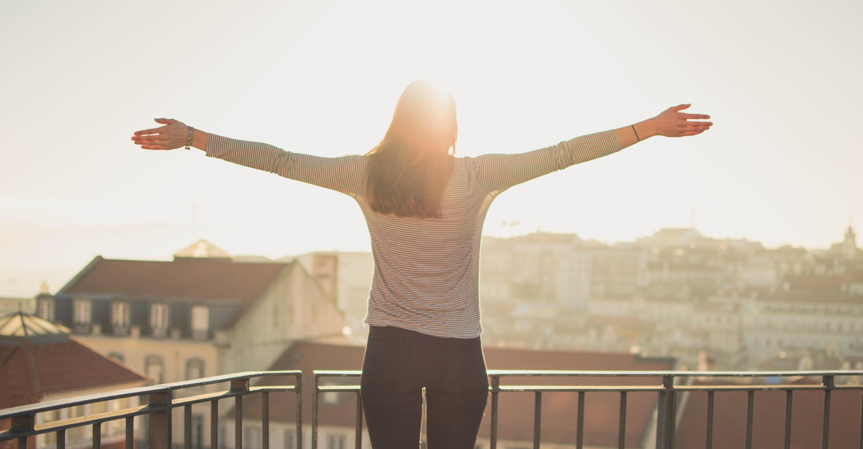 Kvinna står i solen